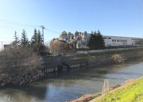 川の向こうに見えるウェアハウス三橋店の写真