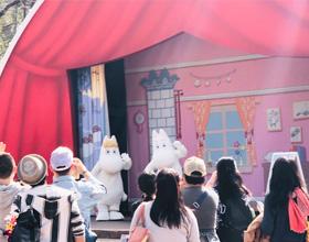 ムーミンたちのショーステージの写真