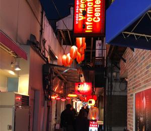 赤ちょうちんの灯る通りの写真