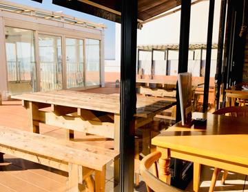 海を望むカフェレストランの写真