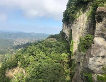 鋸山の絶壁の写真