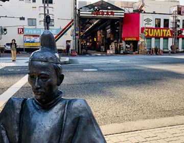 商店街と銅像の写真