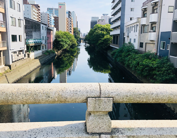 川面に映る街並みの写真
