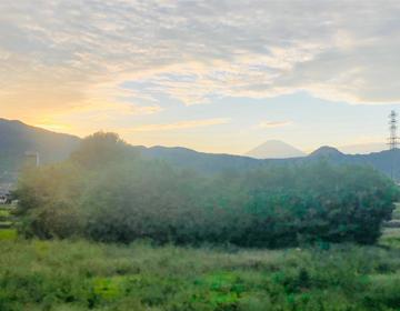 夕焼けと富士山(車窓より)の写真