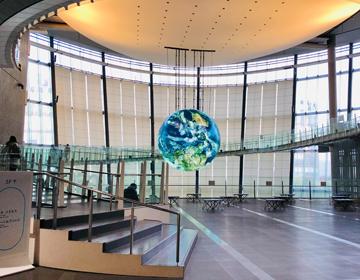 人類滅亡からの脱出「常設展示室から見たジオコスモス」の写真